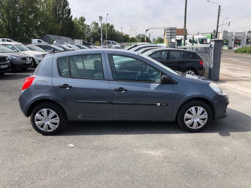 Photo 6 de l'offre de RENAULT CLIO 1.5 DCI - 70  III BERLINE AUTHENTIQUE PHASE 1 à 4990€ chez Triplo auto