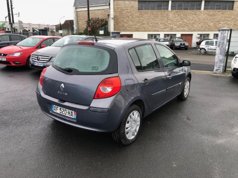Photo 5 de l'offre de RENAULT CLIO 1.2I 16V - 75  III BERLINE AUTHENTIQUE  à 4990€ chez Triplo auto