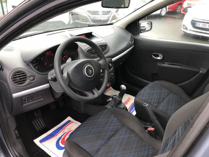 Photo 11 de l'offre de RENAULT CLIO 1.2I 16V - 75  III BERLINE AUTHENTIQUE  à 4990€ chez Triplo auto